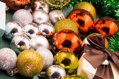 Noël joue sur un arbre de Noël sous la neige Images libres de droits