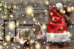 Noël, le cadeau de nouvelle année, femme, configuration plate Achats en ligne, ventes célébration, paquet, surprise, photos stock