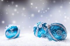 Noël Les boules bleues de Noël neigent et espacent le fond abstrait Photographie stock
