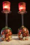 Noël, les verres de vin avec des boules de Noël et le thé s'allument en Th photographie stock libre de droits