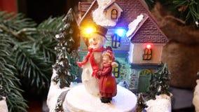 Noël miniature a décoré des maisons avec la poupée et le bonhomme de neige de danse banque de vidéos