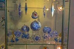 Noël moderne joue - des boules dans des couleurs bleues et blanches Photographie stock libre de droits