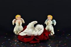 Noël, naissance sur un ange de la rose de rouge, d'isolement sur le noir Photographie stock