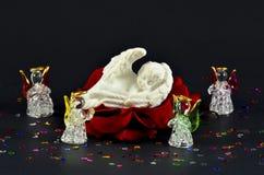 Noël, naissance sur un ange de la rose de rouge, d'isolement sur le noir Photos libres de droits