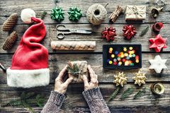 Noël, nouveau Ywar, présent, enveloppe, Noël, mâle, fait main, célébration, cadeau, vacances, vue supérieure photos libres de droits
