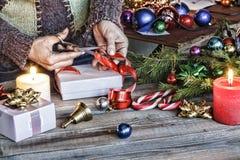 Noël, nouvelle année, humain, décorant, cadeau, boîte, vacances, célébration, présent, comprimé, pas de copie photos libres de droits