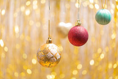 Noël ornemente sur un fond d'or un côté images libres de droits