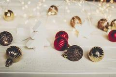 Noël ornements et arbres et étoiles de Noël simples sur le whi Images libres de droits