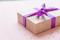 Noël ou composition en cadre de nouvelle année décorations d'or de Noël sur le fond blanc avec l'espace vide de copie pour le tex Photos stock