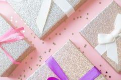 Noël ou composition en cadre de nouvelle année décorations d'or de Noël sur le fond blanc avec l'espace vide de copie pour le tex Images stock