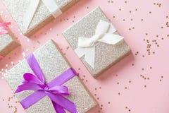 Noël ou composition en cadre de nouvelle année décorations d'or de Noël sur le fond blanc avec l'espace vide de copie pour le tex Photo stock
