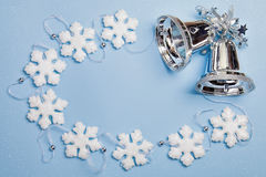 Noël réglé avec des flocons de neige et des cloches Images stock
