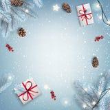 Noël rouge et nouvelle année typographiques sur le fond blanc avec les branches neigeuses de sapin, boîte-cadeau, cônes de pin photos libres de droits