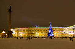Noël - Russie St Petersburg - arbre de Noël bleu de palais d'hiver grand décoré des guirlandes lumineuses Images stock