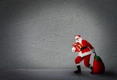 Noël Santa avec des cadeaux. images libres de droits