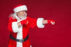 Noël Santa Claus avec la blessure rouge de bandages sur ses mains pour enfermer dans une boîte imite des éruptions Kickboxing, ka photos stock