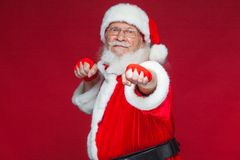 Noël Santa Claus avec la blessure rouge de bandages sur ses mains pour enfermer dans une boîte imite des éruptions Kickboxing, ka photo stock