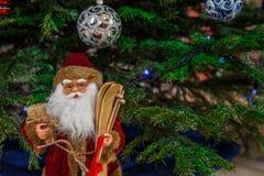 Noël Santa Claus Doll Le jouet de Noël sous l'arbre de Noël Santa Clausl crée une atmosphère de Noël pour Image libre de droits