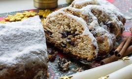Noël shtollen sur un fond vert Dessert allemand traditionnel Images libres de droits
