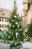 Noël souhaite dans la langue française sur l'arbre de sapin Photo stock