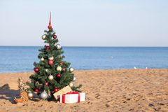 Noël sur la plage avec la nouvelle année de cadeaux photos libres de droits