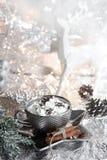 Noël, tasse argentée de Noël de crème fouettée de plat brillant, renne blanc, et fond métallique, avec des bonbons, cannelle, hiv photos libres de droits