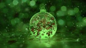 Noël tournant la boucle rouge de fond de pétales de glace de flocons de neige en verre verts de babiole banque de vidéos