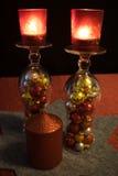 Noël, verres de cocktail retournés avec des boules de Noël, te Photos stock