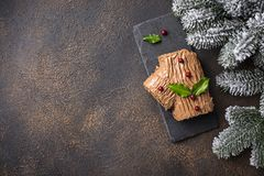 Noël Yule Log Cake Dessert traditionnel de chocolat photo stock