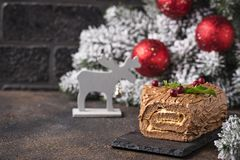 Noël Yule Log Cake Dessert traditionnel de chocolat images libres de droits