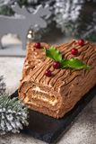 Noël Yule Log Cake Dessert traditionnel de chocolat photo libre de droits