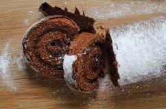 Noël Yule Log de chocolat avec Milou arrose sur le bois photo stock