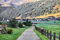 Nożna ścieżka Prowadzi Włoska wioska Livigno Zdjęcie Stock