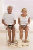 Nożnego skąpania starsza para bierze opiekę ich cieki Obrazy Stock