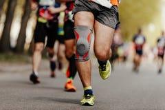 nożny biegacza mężczyzna w kolanowych ochraniaczach zdjęcia royalty free