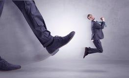 Nożny kopanie, biznesmena latanie zdjęcie royalty free