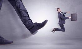 Nożny kopanie, biznesmena latanie zdjęcia stock