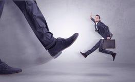Nożny kopanie, biznesmena latanie obraz stock