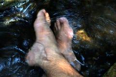 Nożny namok w wodnym strumieniu relaksuje obrazy stock