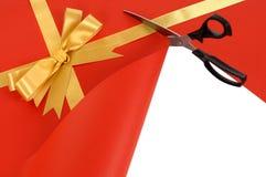 Nożyce ciie czerwonego prezenta opakunku papieru odkrywczego białego tło zdjęcie royalty free