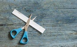Nożyce ciie papierowego pasek fotografia royalty free