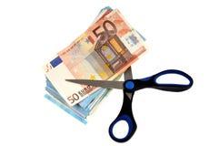 Nożyce ciie zwitek euro banknoty na białym tle zdjęcie royalty free