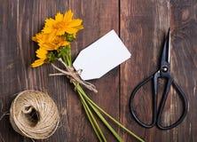Nożyce i bukiet żółci kwiaty zdjęcie royalty free