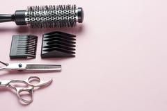 Nożyce i grępla na różowym tle, kopii przestrzeń fotografia stock