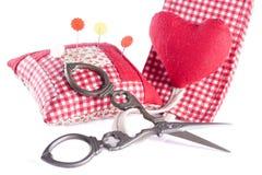 Nożyce, igły i Igielna skrzynka, Obraz Stock