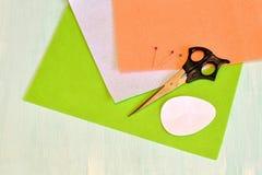 Nożyce, szpilki, czujący, papierowi szablony - szyć ustalonego Wielkanocnego jajko Obraz Stock