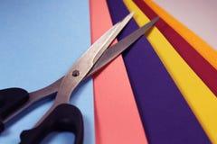 Nożyce z kolorów papierami zdjęcie stock