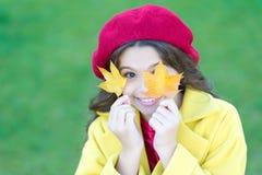 No abandone ser de moda Tendencias de la moda para el otoño Sonrisa feliz de la pequeña muchacha con las hojas de otoño Muchacha  fotografía de archivo