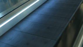 No aeroporto, close-up, escada rolante video estoque