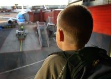 No aeroporto que olha fora Fotografia de Stock Royalty Free